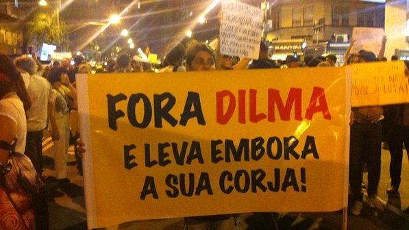 """Protesto no Rio: em cartaz, manifestante pede """"Fora, Dilma"""" - VEJA"""