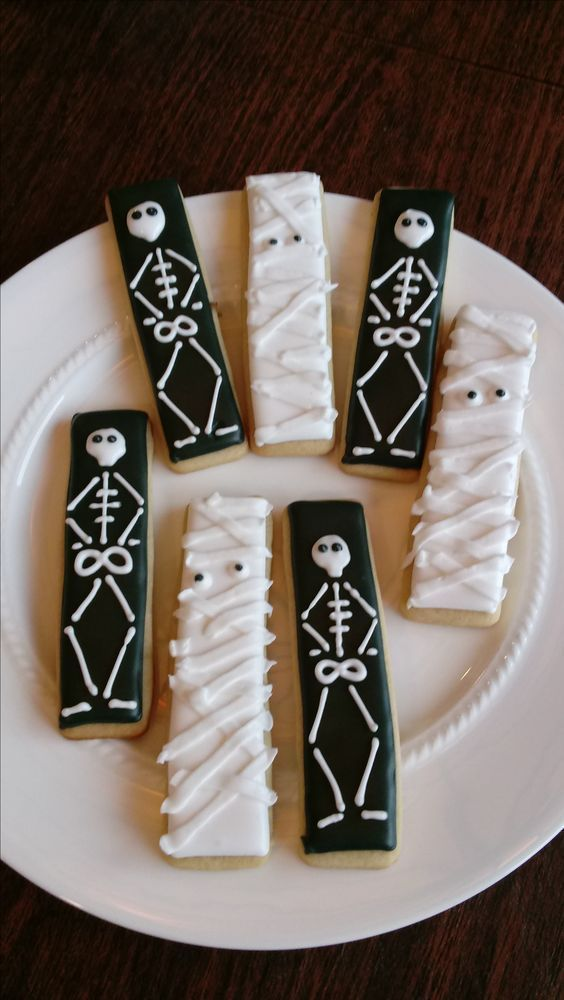 Halloween sugar cookies for 2020 that'll cast a spooky spell on you - Hike n Dip