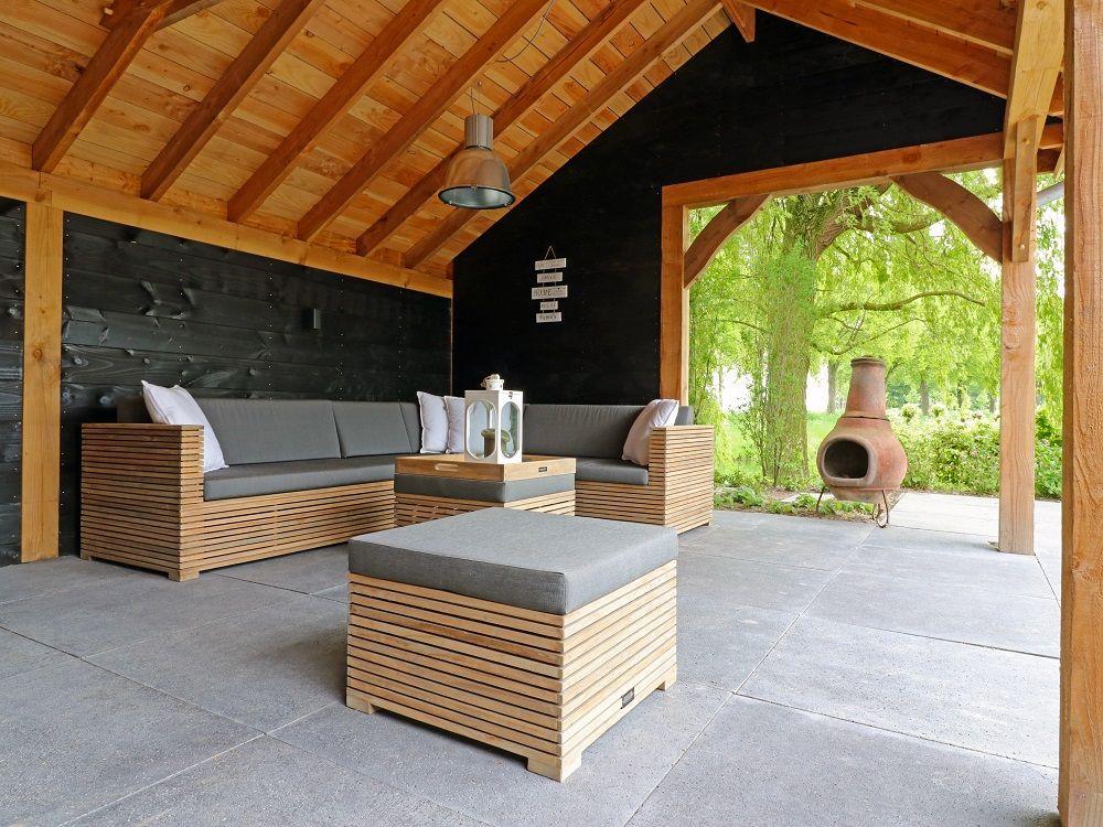 Rustikales Lounge Set Aus Teakholz Mit Loungekissen In Der Farbe Grau Unter Einer Uberdachung Aus Holz Gart Gartenmobel Lounge Set Gartenhaus Farbe Aussenmobel