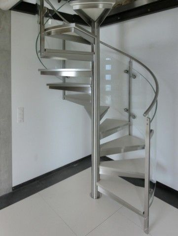 Edelstahltreppe in der Schweiz - elegante Spindeltreppe mit Glasgeländer - stainless steel stair in switzerland - spiral staircase with glass balustrade