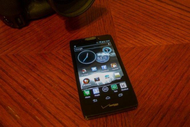 O Google estaria trabalhando em um aparelho em parceira com a Motorola para competir com a Samsung e a Apple. Segundo o The Wall Street Journal, o X Phone será o primeiro aparelho do Google feito em conjunto com a Motorola, empresa adquirida pelo gigante de Mountain View por 12,5 bilhões de dólares no início deste ano.