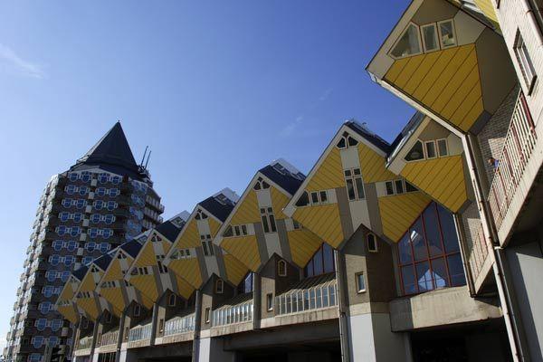 Rotterdam  Casas Cúbicas, un conjunto de viviendas inclinadas 45 grados cuyo diseño simula un bosque dentro de la propia ciudad.