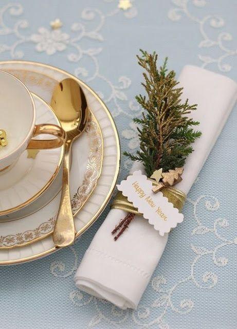 Casinha colorida: No detalhe: decoração de mesa para festa de Natal