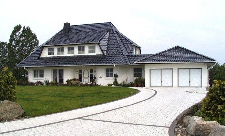 Villa mit Doppelgarage und langer Auffahrt | Häuser | Pinterest ...