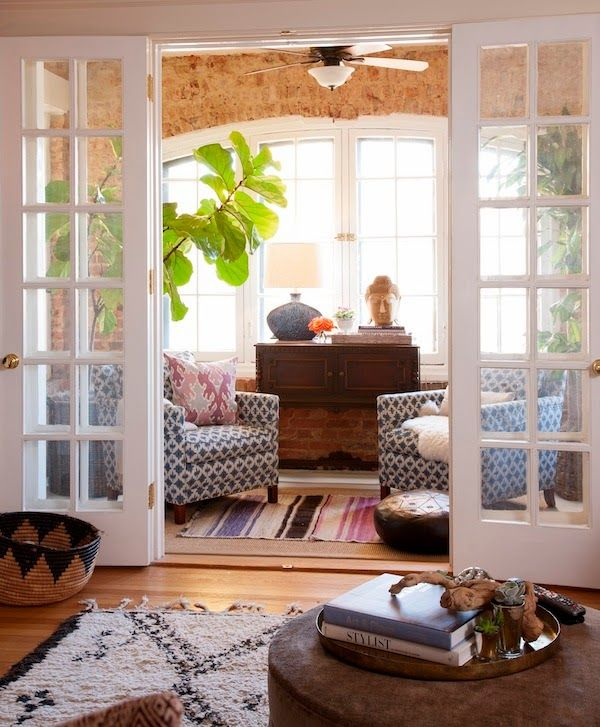 Stephanie Bradshaw's gorgeous, feminine apartment is part of House styles - I love this girl's style, I did a post on her office space awhile back  You can see it here gorgeous home officesSo, it's no surprise that her home was j