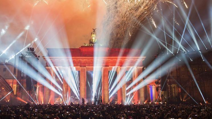 Hunderttausende Schaulustige nahmen in der gesamten Berliner Innenstadt an den Feiern zum Fall der innerdeutschen Grenze teil.