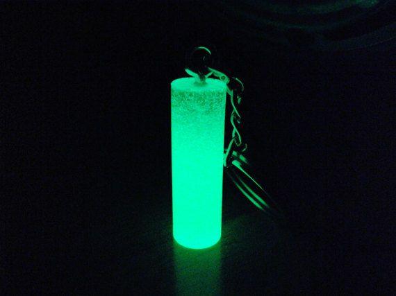 Portachiavi fosforescente cilindrico, disponibile in 3 diverse colorazioni!