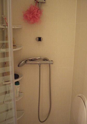les 25 meilleures id es de la cat gorie installer une douche sur pinterest douche lavabo. Black Bedroom Furniture Sets. Home Design Ideas