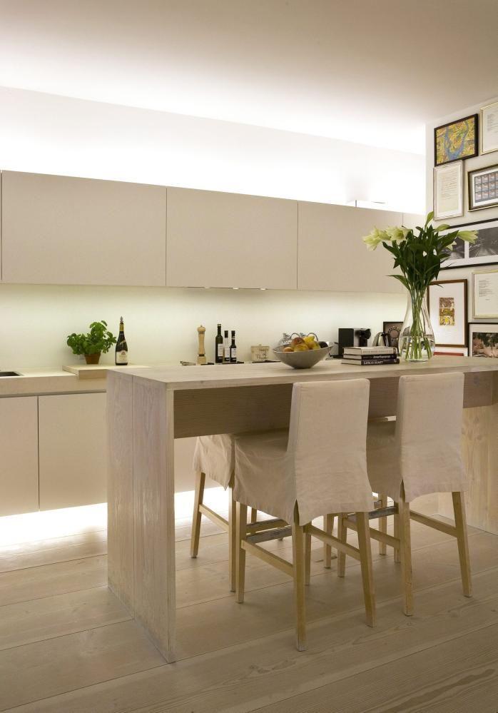 KJØKKENET SVEVER: Lamper som lyser mot taket gir følelsen av økt takhøyde.Kombinert med en lyslist en desimeter over gulvet, ser detut som om kjøkkenet svever fritt. Beboer har fått hjelp til interiør og lyssetting av den London-baserte interiørdesigneren Anoushka Hempel.