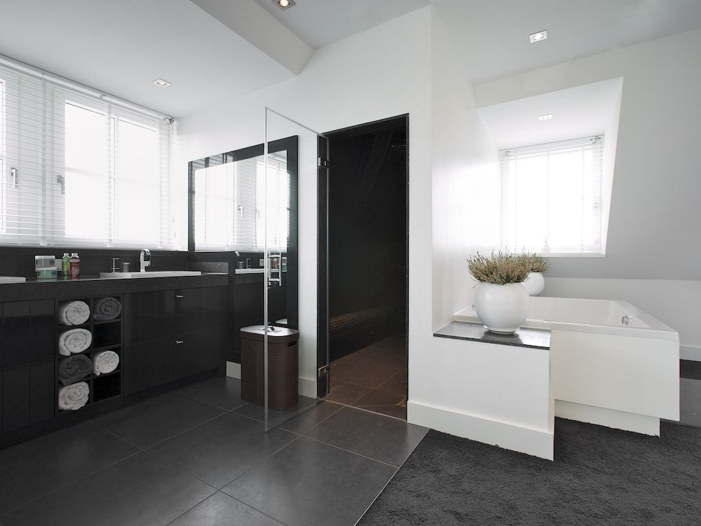 badkamer ensuite met vloerbedekking en tegel in dezelfde kleur