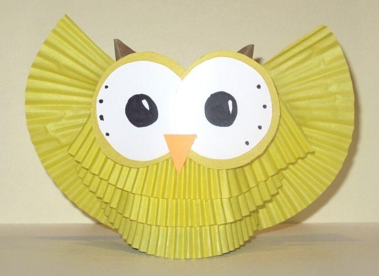 gelbe eule aus klorolle muffinf rmchen und papier basteln basteln mit kindern eule. Black Bedroom Furniture Sets. Home Design Ideas