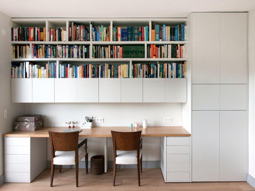 Bureaux bibliothèque scandinave dans cet appartement à neuilly