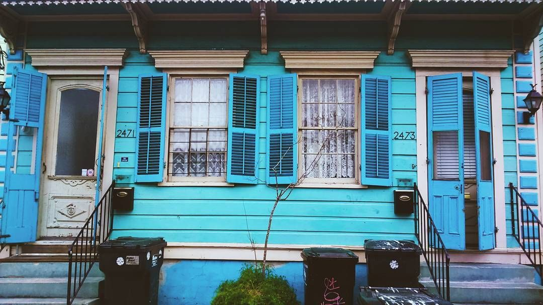Blue New Orleans. #neworleans #bigeasy #doorsandwindows #window #doors #windowsaroundtheworld #doorsofneworleans #doorsofinstagram #architecture #architektur #tinyhouse #historic #restore #vibrant #ontheroad #wanderlust #travel #colourful #blue #nostalgia #justgoshoot #vsco #urban #citylife #porte #fenster #portaseportoes #goodmorning by cookiesontheroad