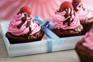 Schoko-Cupcakes mit Creme-Topping, Himbeeren und Schokosoße #chocolatecupcakes