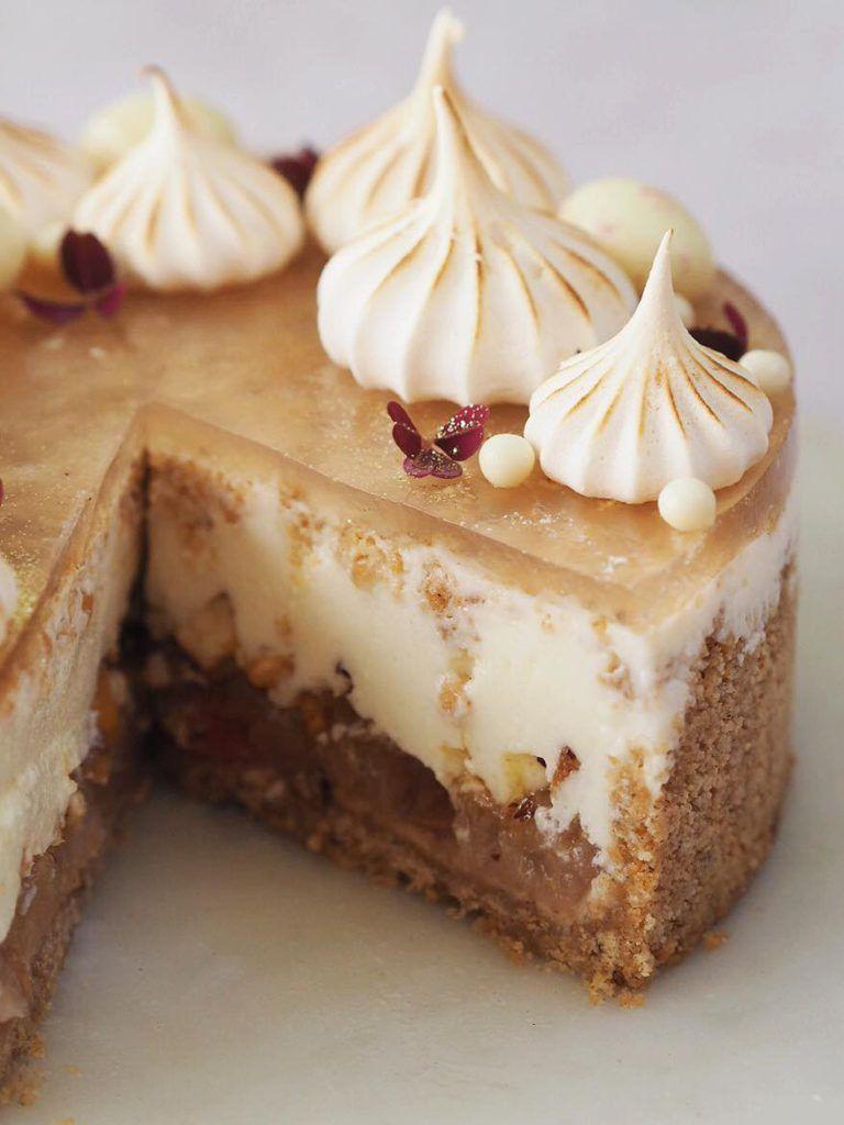 Efterårscheesecake med æble, hasselnøddekrokant og kanel | Finere kager i 2019