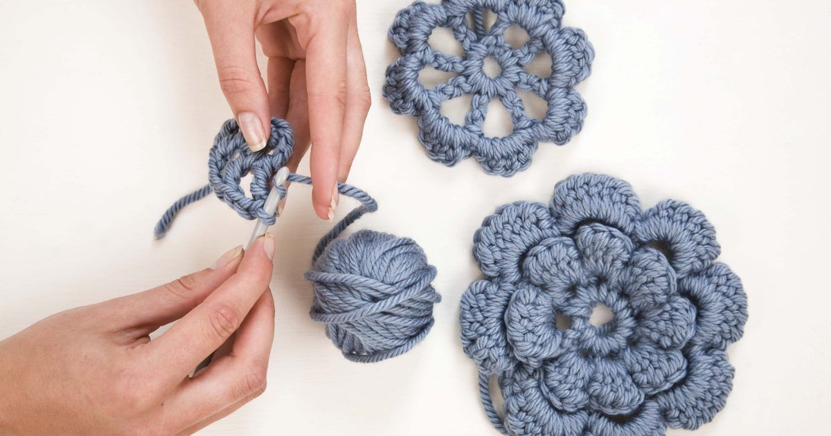 Cómo hacer capas a crochet. Las capas y capotes mantienen el calor en las noches frías de primavera, verano y otoño. En lugar de comprar una, hazla usando un hilo caliente, un mohair peludo y un gancho de crochet. Al seguir este artículo, vas a realizar una capa gruesa, utilizando crochet doble y una puntada de concha, el cuello, listones y dos pompones. Para tejer este ...