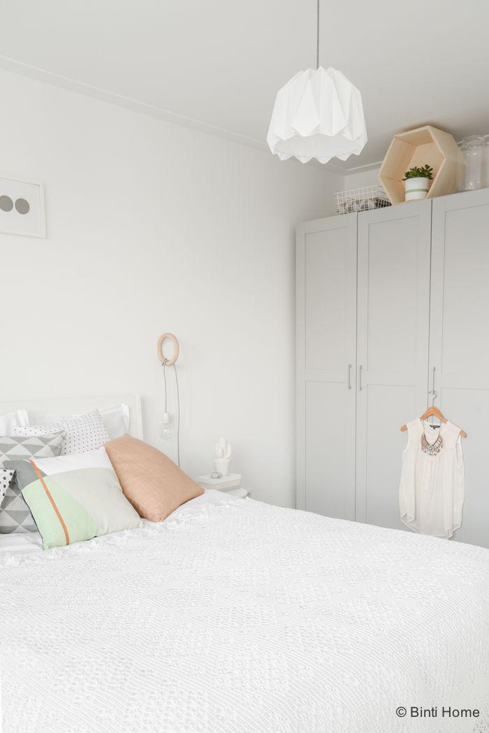styling van een romantische slaapkamer met zachte kleuren binti home blog interieurinspiratie woonideen
