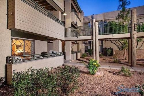 Poolside Retreat Scottsdale (Arizona) Located in Scottsdale, this air-conditioned apartment features free WiFi. The unit is 5 km from Desert Botanical Gardens. Free private parking is available on site.