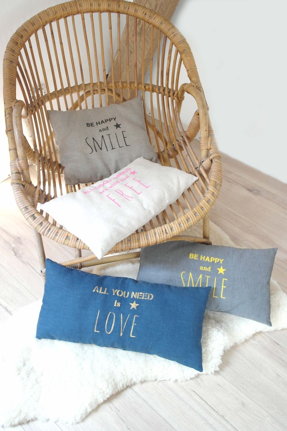 coussin typographie be happy and smile en lin naturel avec inscription noire textiles et. Black Bedroom Furniture Sets. Home Design Ideas