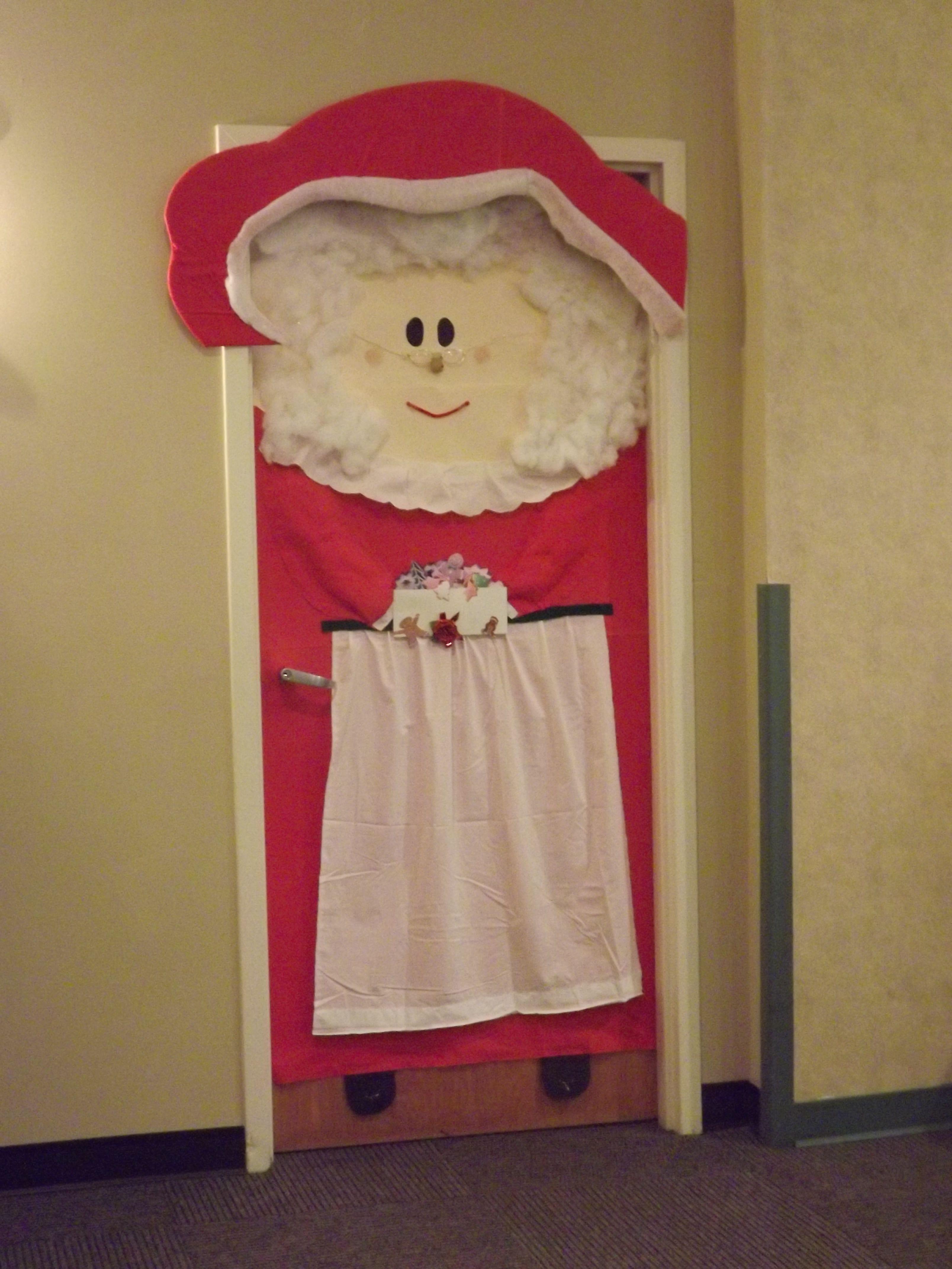 This is the mrs claus door we won decoracion puertas for Puertas decoradas santa claus