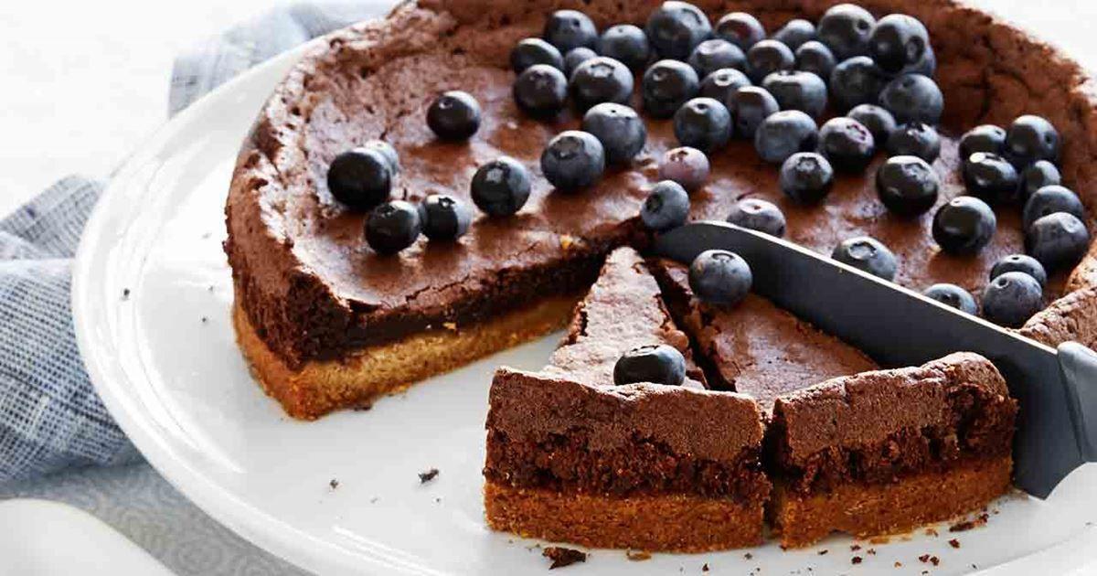 En ljuvlig kladdkaka med knaprig kolasmakande botten, kladdig kladdkaka i mitten och vispad grädde med fräscha blåbär på toppen.