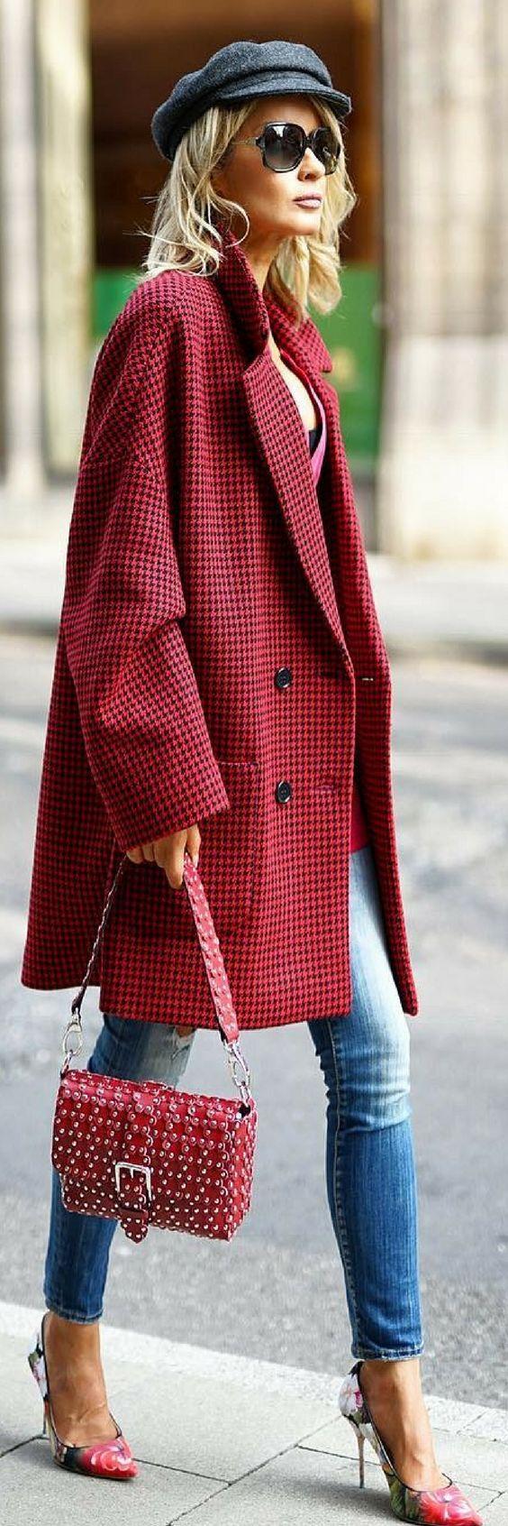 Manteau rouge Valentino   inspiration pour un look automne hiver avec la  casquette mi-marine mi-titi parisien qu on adore ! b5cd56cb5eb