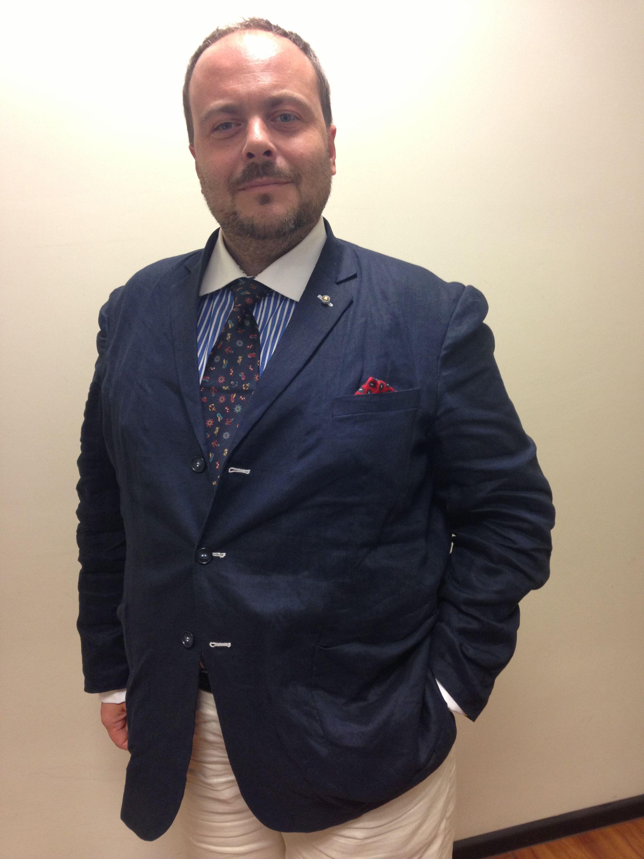 """Carissimi di Tailor4Less   nei giorni scorsi ho ricevuto la consegna del plico col mio ultimo ordine """"pluripersonalizzato"""" contenente la giacca blu in lino sfoderata (davvero leggera e rifinita nei dettagli! Un capolavoro di sartoria!!), i calzoni chiari in lino (davvero belli e freschi).........  Francesco Tolloi (il triestino)"""