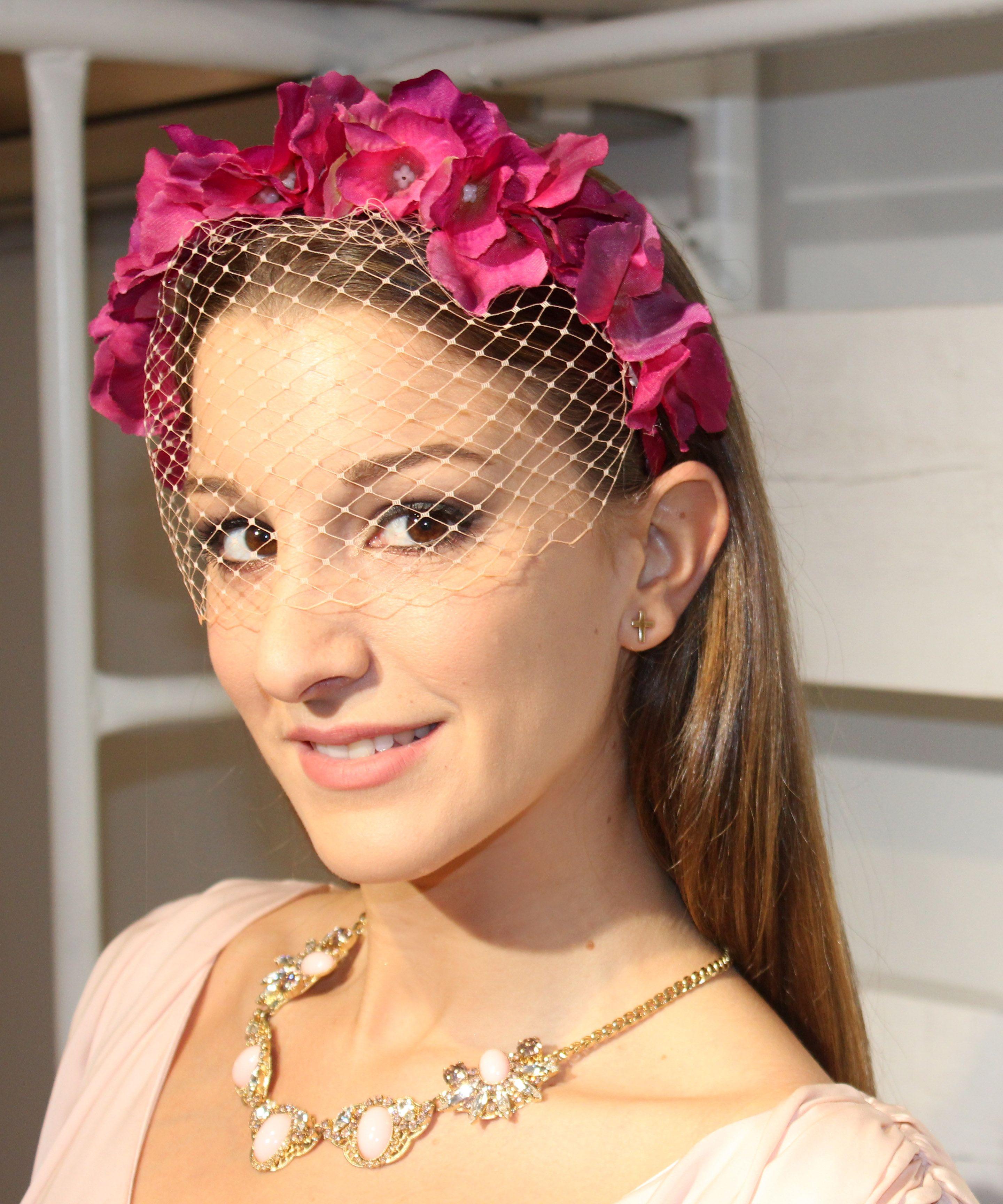 De última generación peinados con tocado para boda Galería de cortes de pelo tutoriales - Tocado con diadema de flores y redecilla en tonos rosas de ...