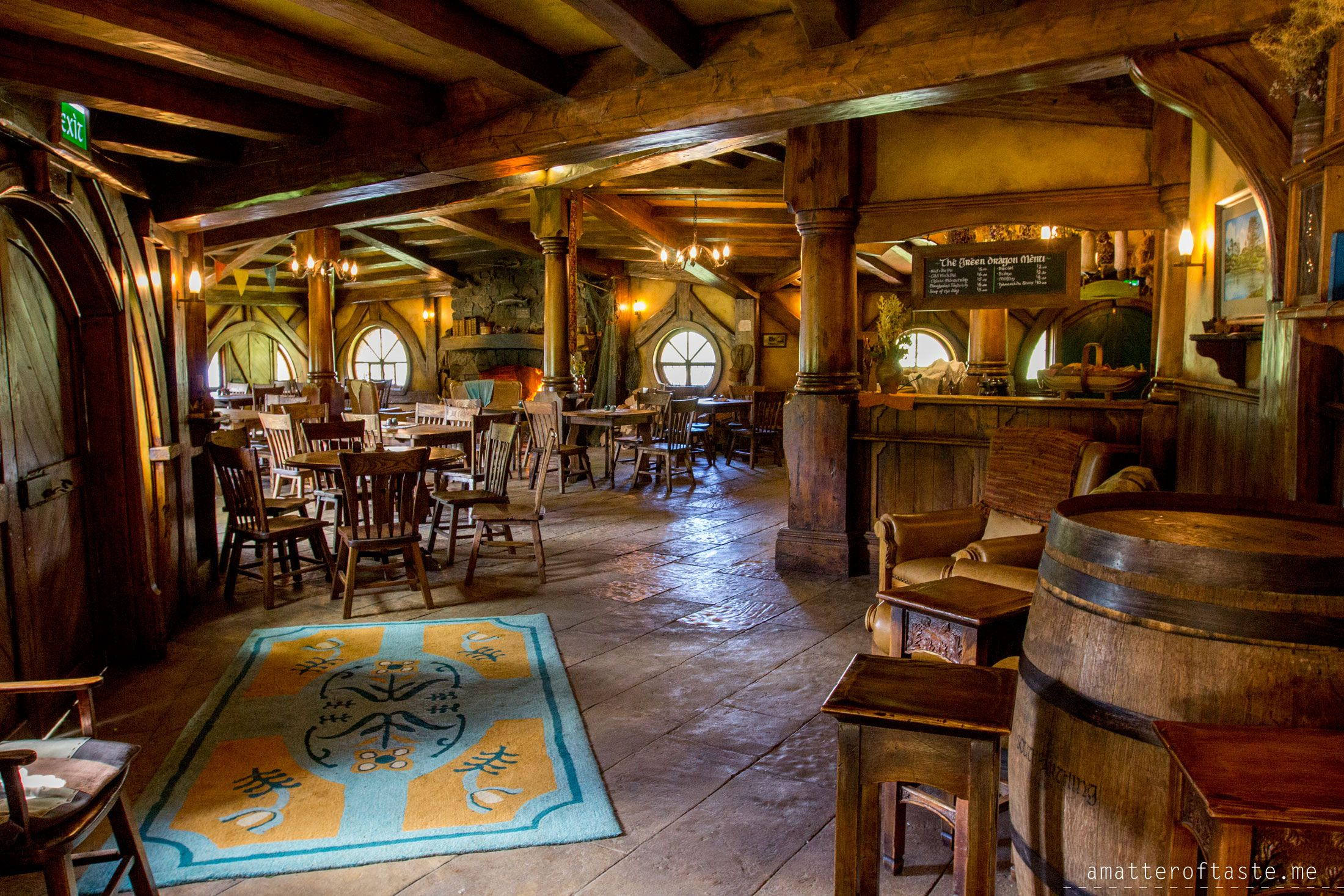 Hobbiton the green dragon inn green dragon inn for Hobbit house furniture