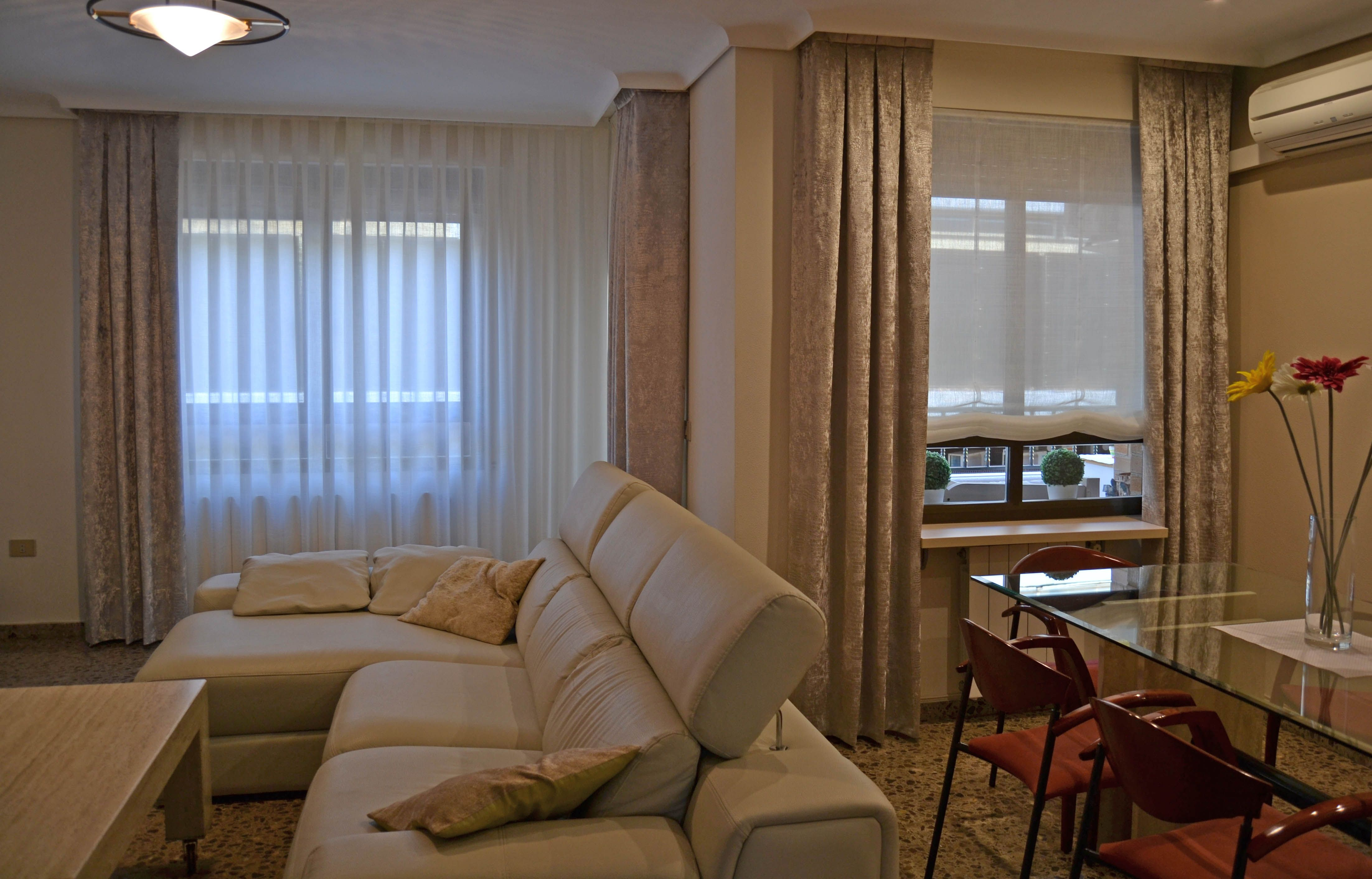 Un sal n con dobles cortinas villalba interiorismo for Cortinas salon gris