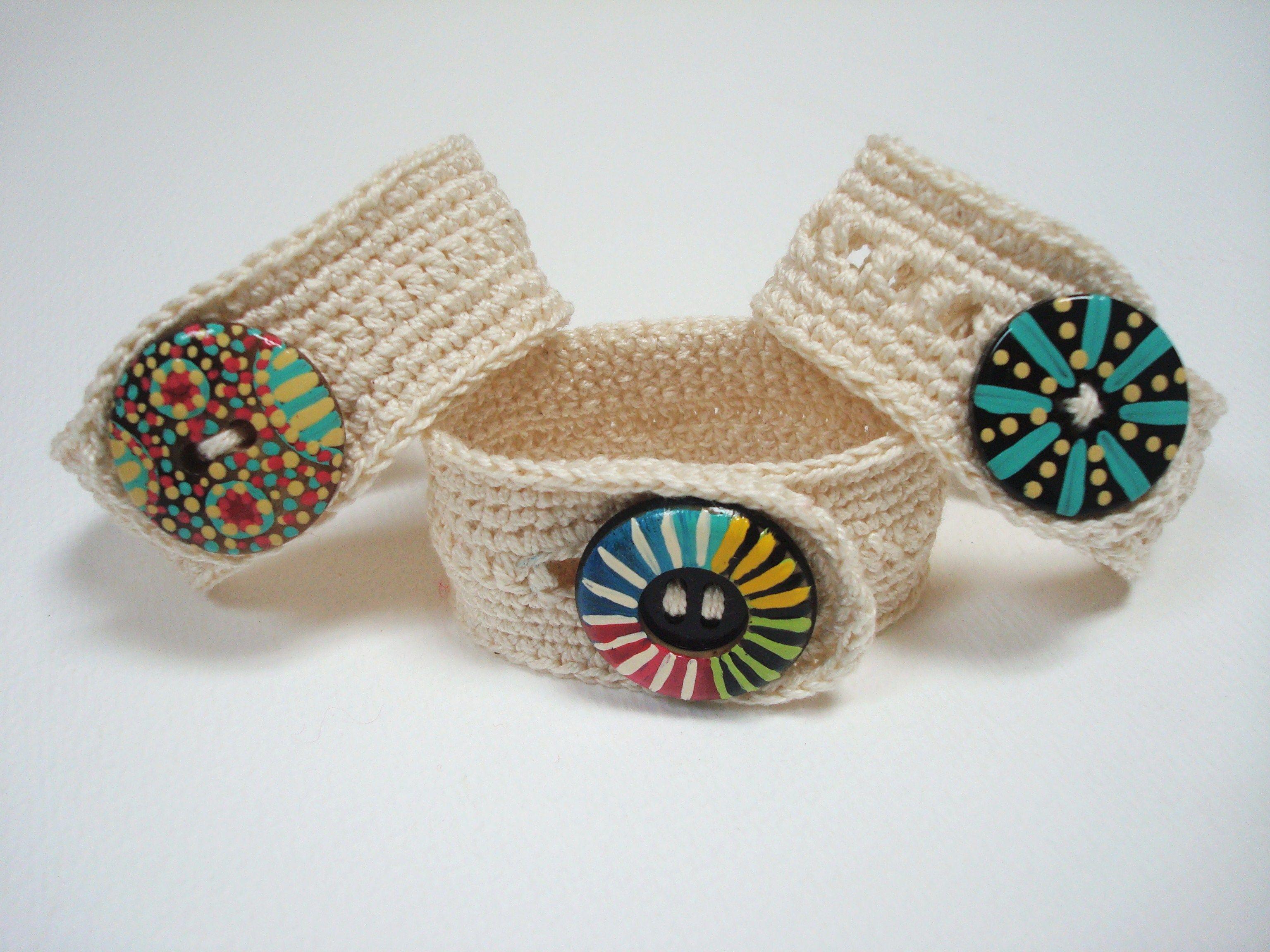 Pulseras de crochet, con botones pintados a mano http//calpearts.blogspot