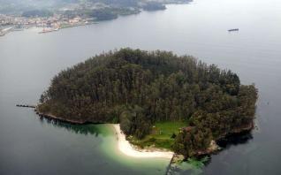 Una vista aérea de la isla de Tambo con el litoral de Marín al fondo. // Rafa Vázquez