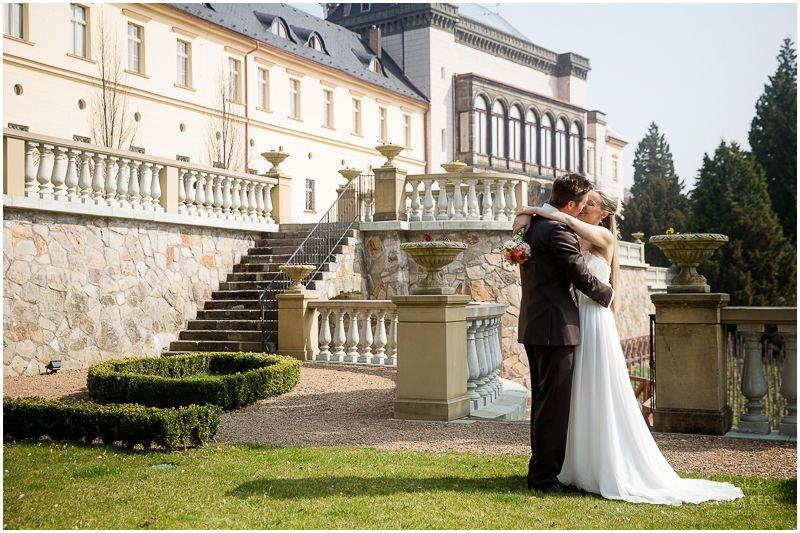 """Ende März/Anfang April war es wieder soweit! Wegen der großen Nachfrage habe ich dieses Jahr beschlossen, zwei Workshops für Hochzeitsfotografen (und alle die es werden wollen) anzubieten, einen in München (Bericht folgt) und einen in einem wahrlich königlichen Ambiente: Schloss Zbiroh, unweit von Prag, war unser Quartier für drei kreative, inspirierende und """"erkenntnisreiche"""" Tage."""