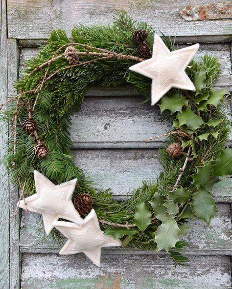 """Doris on Instagram: """"Der Kranz aus dem gesammelten Naturmaterial hängt nun an der Haustüre... #türkranz #kranz #wreath #adventskranz #kranzbinden #naturdeko"""""""