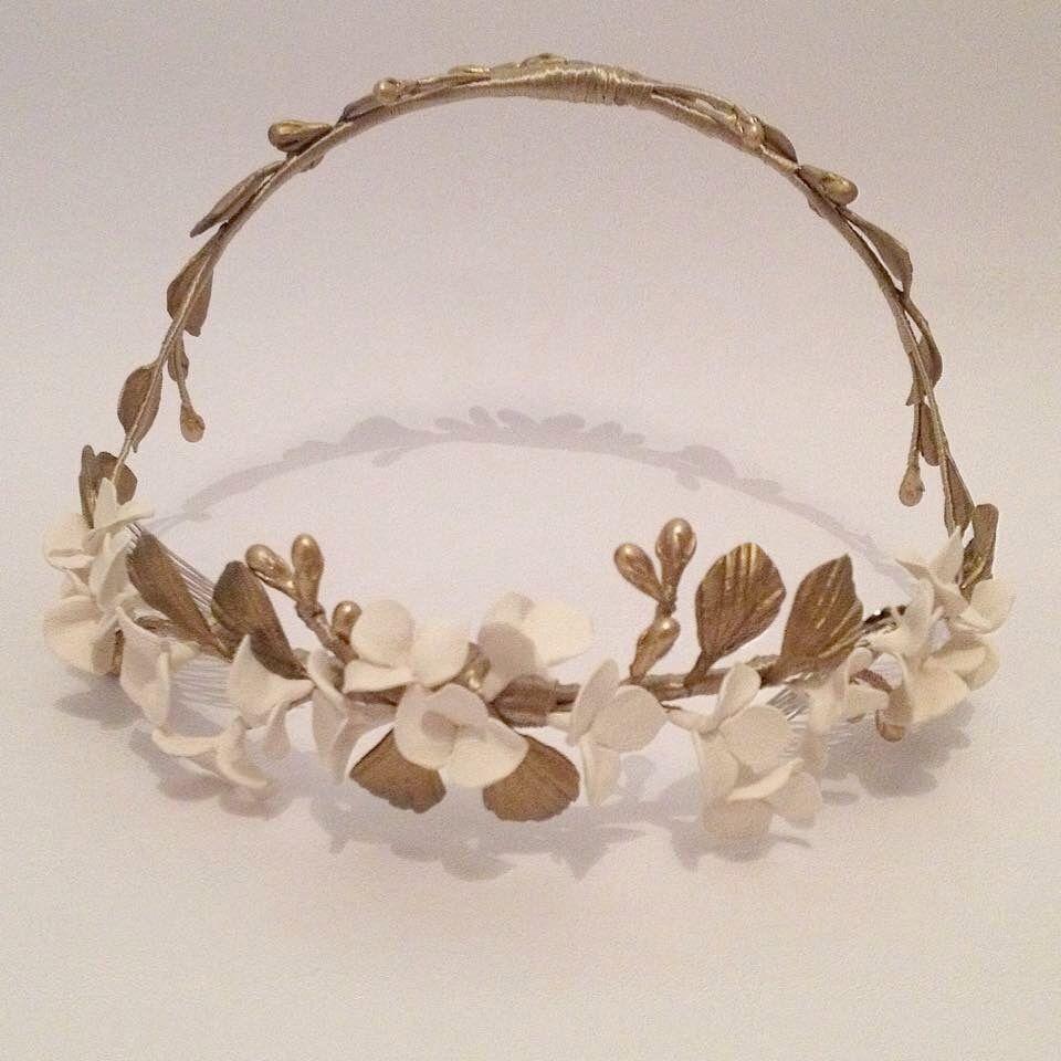 Combinar #dorado y #blanco roto para nuestras #novias... Nos encanta #corona #handmade #novia2016 #wedding #weddingstyle #noviasúnicas #madeinmurcia #lauramurcia