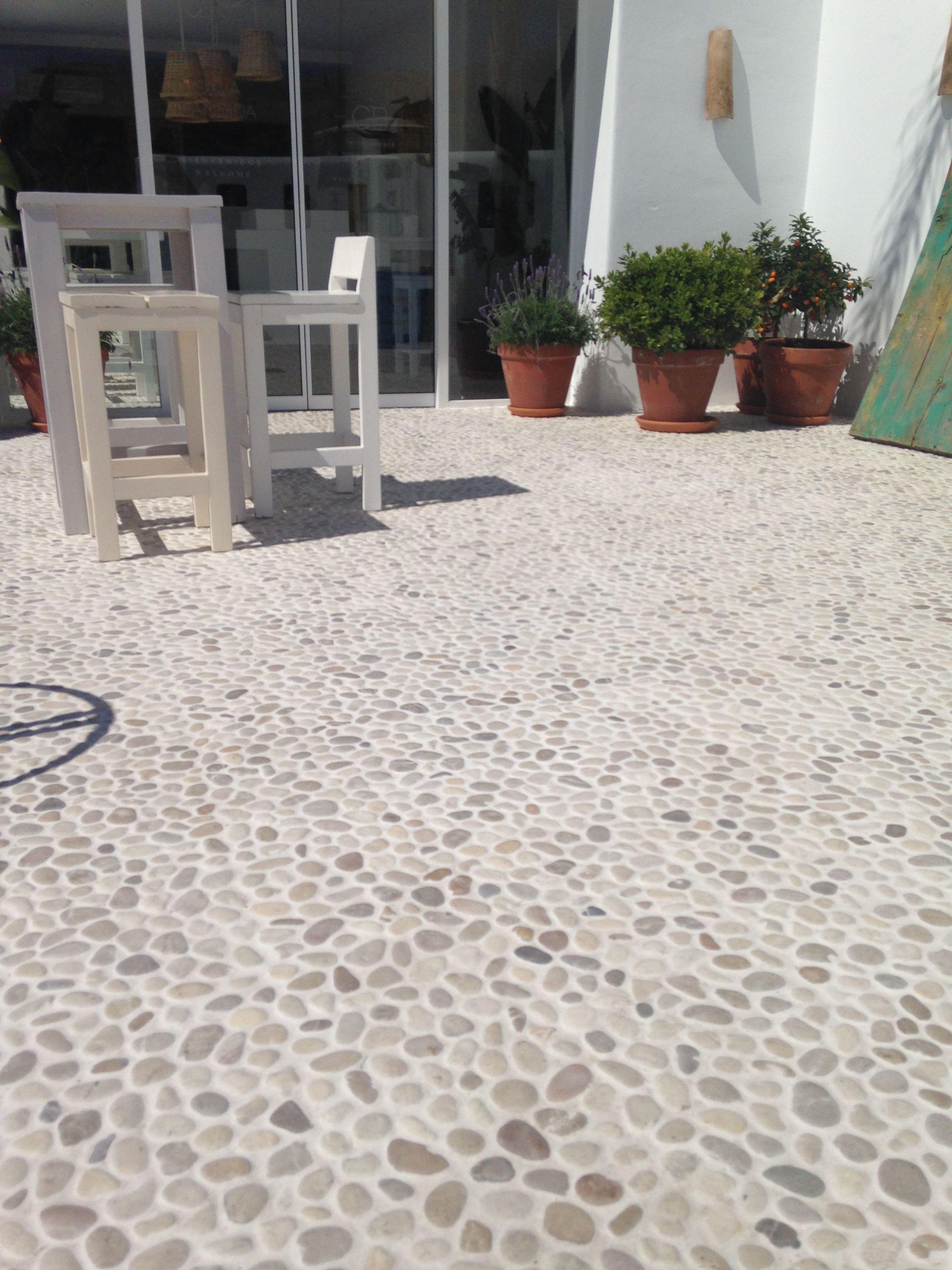 Pavimento terraza piedra de rio ref mix 2 canto rodado for Suelos para jardin sin obra