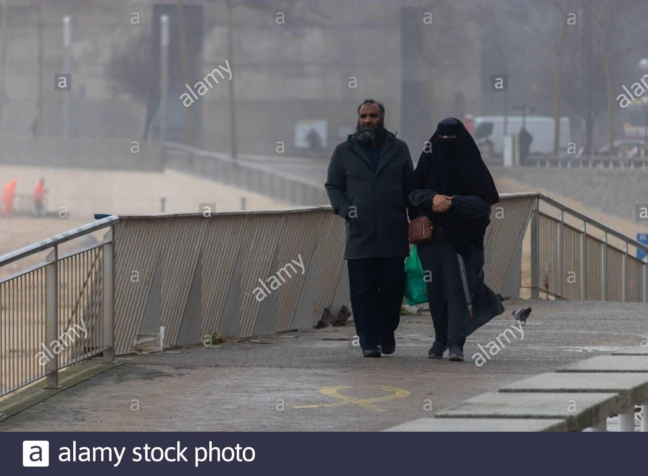 Pin By Sredfgtf Wqaesrdt On Niqab In 2020 Barcelona Beach Couples Walking Muslim Couples