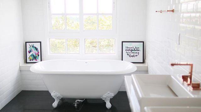 Depois que você começa a acompanhar uma obra cada detalhe te impressiona. Quando fomos na @decaoficial escolher as louças e metais fiquei apaixonada pelo acabamento red gold e as cubas branquinhas. Combinou perfeitamente com o estilo que escolhi pro meu #banheiro!