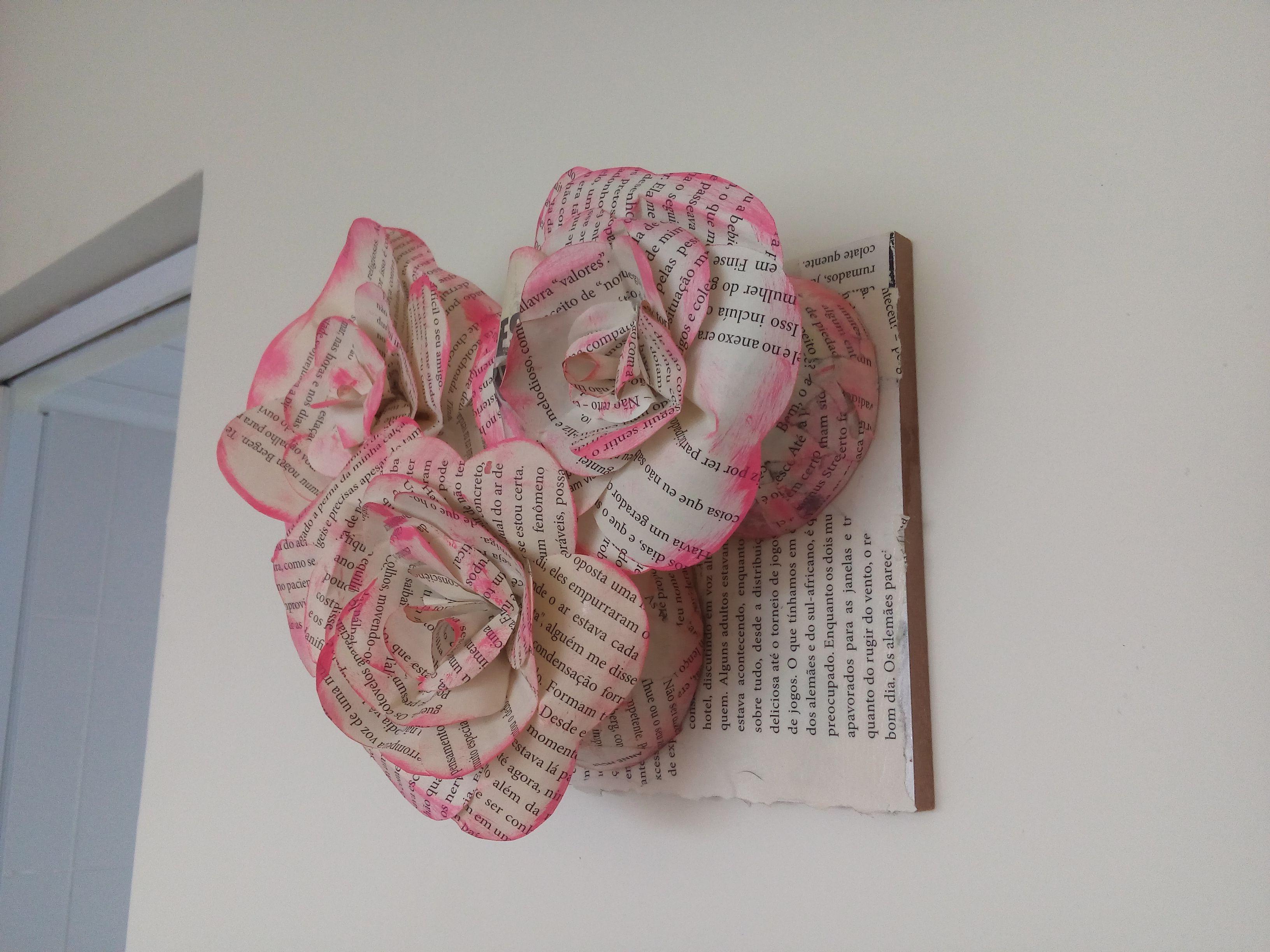 Quadro rosas em papel de livro