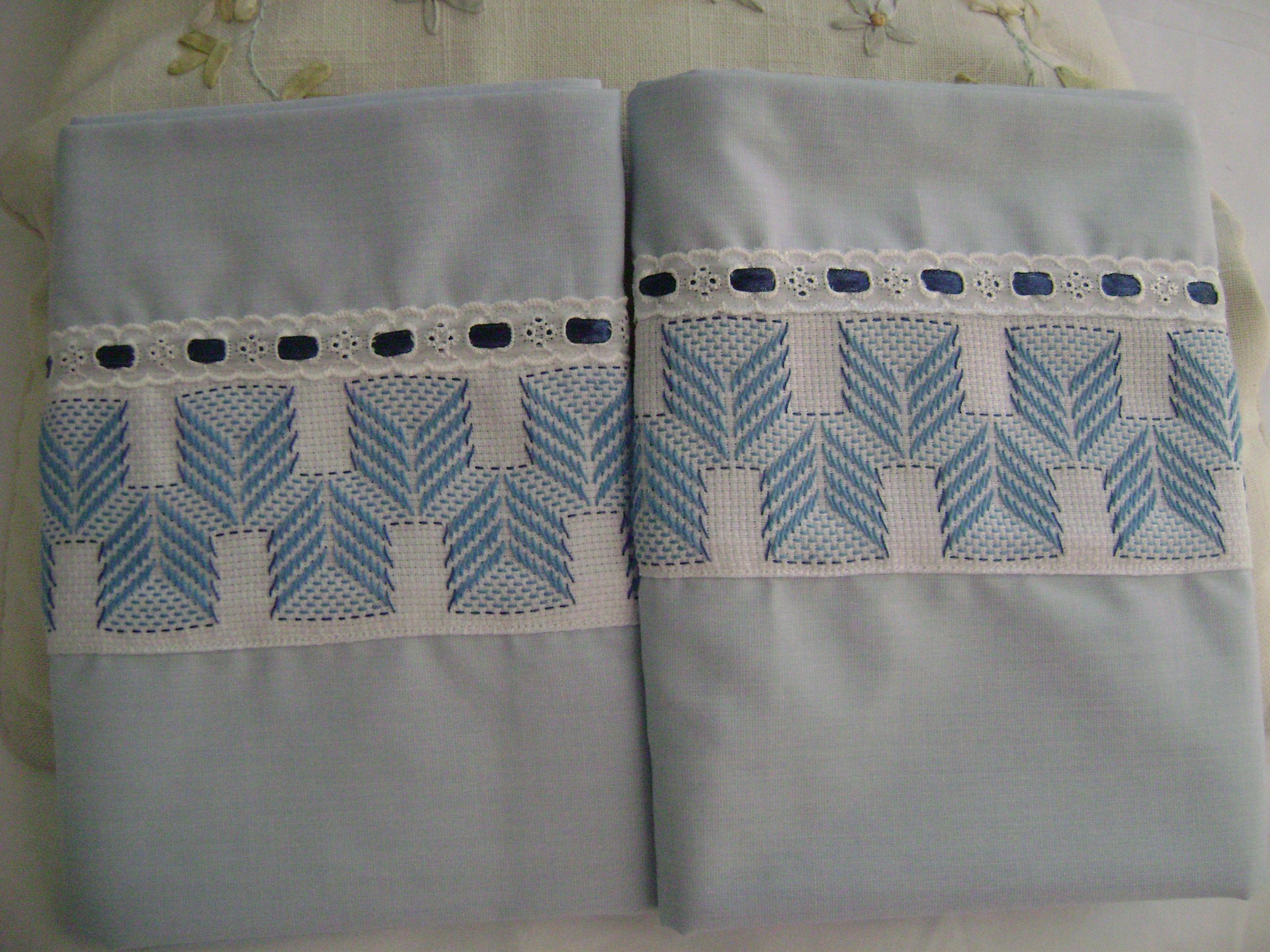 Atendiendo los pedidos de fundas para almohadas, ahora he elaborado ...