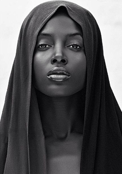 Estas son las proporciones ideales de los labios de la chica que va a salir en el vídeo de Caracas Club; está cogiendo fuerza la idea de que sea de piel negra pues me da la impresión de que el maquillaje, igualmente negro, se amalgama mejor y produce una sensación y textura cromática más agradable y sensual.