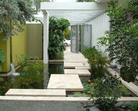 Jardin aquatique moderne avec cascade et passage en pas japonais