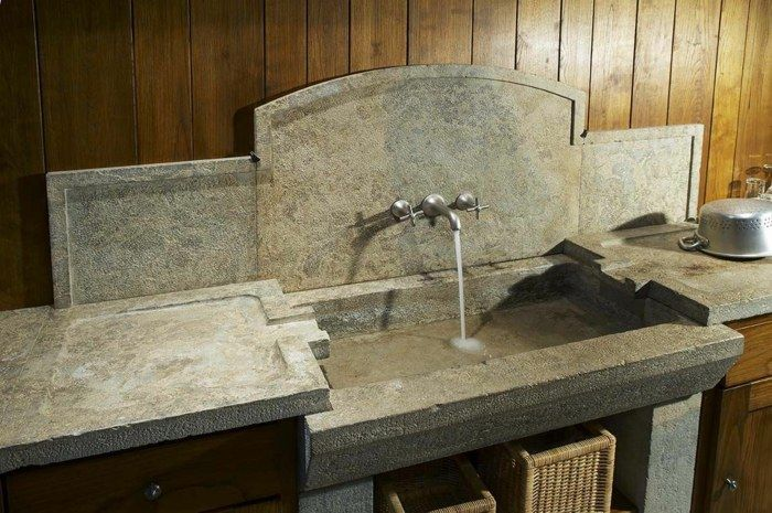 Eine rustikale Küche mit einer Spüle aus natürlichem Stein küche - spüle für küche