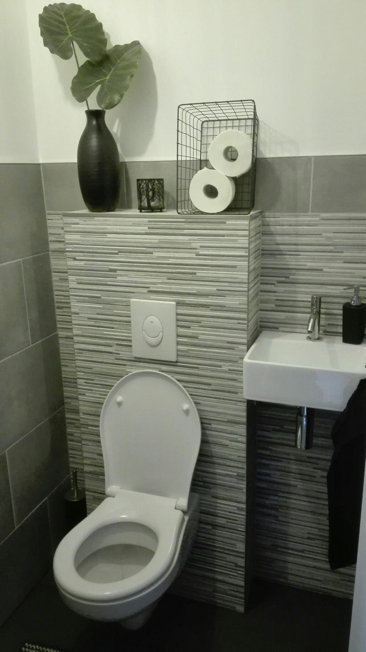 betonlook toilet donkere vloertegels cement kleurige wandtegels