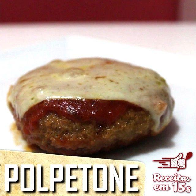 Hambúrguer já é bom, imagina um empanado na versão parmegiana? Vamos aprender hoje a fazer polpetone!  Ingredientes: - 500g de carne moída - 1 pacote de sopa de cebola (ou creme de cebola) - 2 ovos (1 para a carne e outro para empanar) - muçarela - farinha de rosca - molho de tomate  Misture a carne com a sopa de cebola e o ovo. Molde hambúrgueres, recheando com muçarela, como no vídeo. Passe no ovo e depois na farinha de rosca. Frite. Acomode os polpetones já fritos num refratário e cubra…