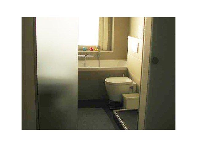 Elke centimeter van de badkamer is optimaal benut met een doordachte ...