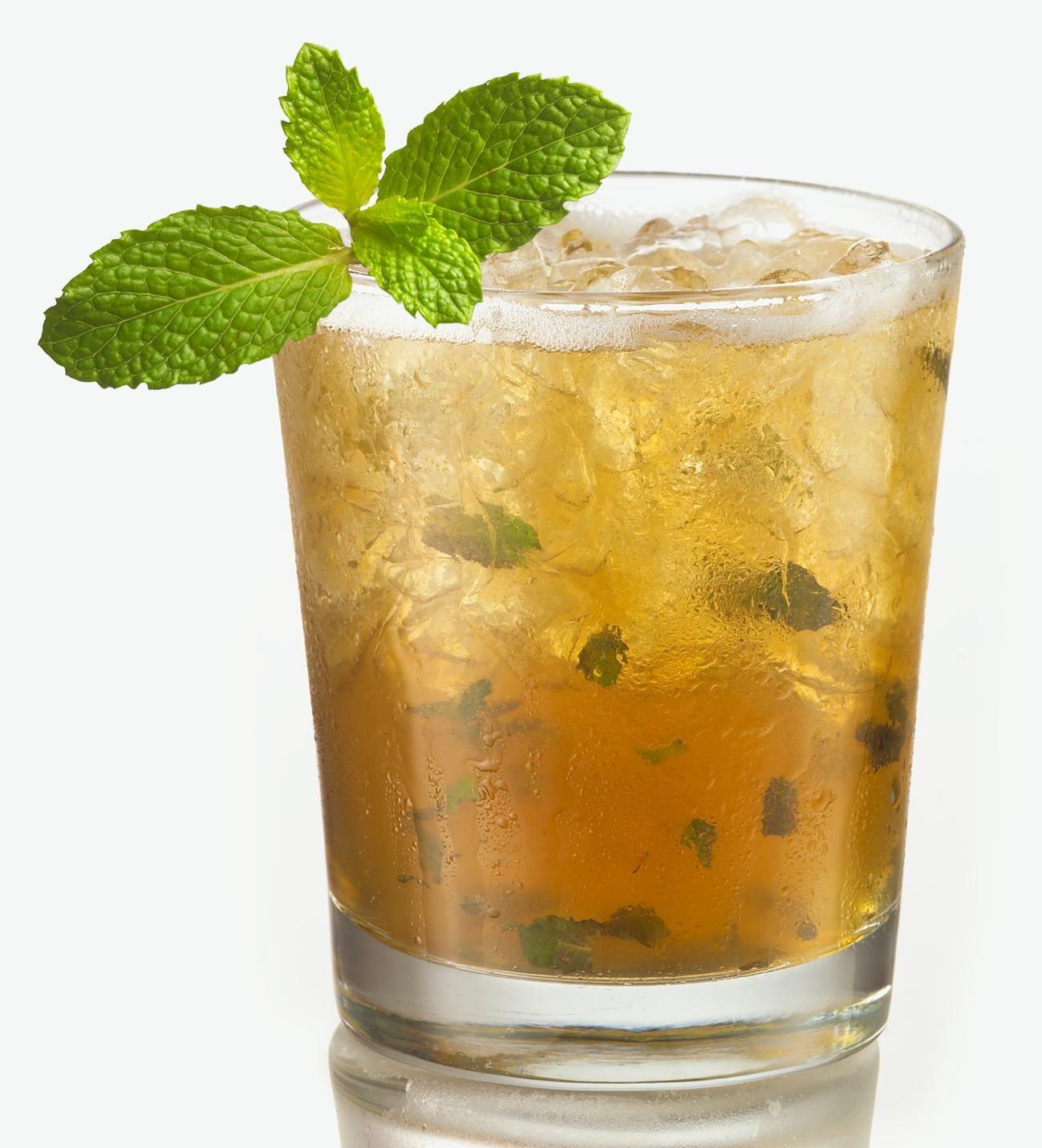 Mint Julep.Al igual que tantos cócteles, los orígenes del humilde Mint Julep son objeto de un acalorado debate.Su nombre deriva de 'julab', palabra árabe.