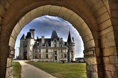 Castelo Rochefoucauld,França,tem mais de mil anos...da familia que leva o mesmo nome.