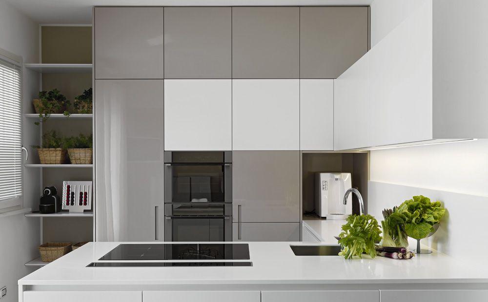 Koffiemachine De Keuken : Maatkeuken met keukenkasten tot het plafond en nis voor