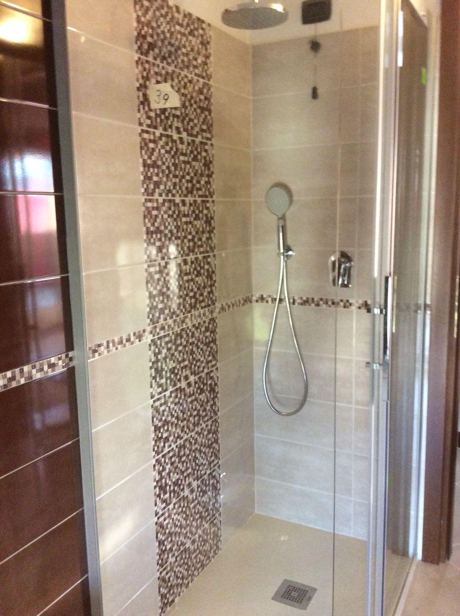 Doccia con inserto in mosaico  Ristrutturazione bagni nel 2019  Bathroom Bathtub e House
